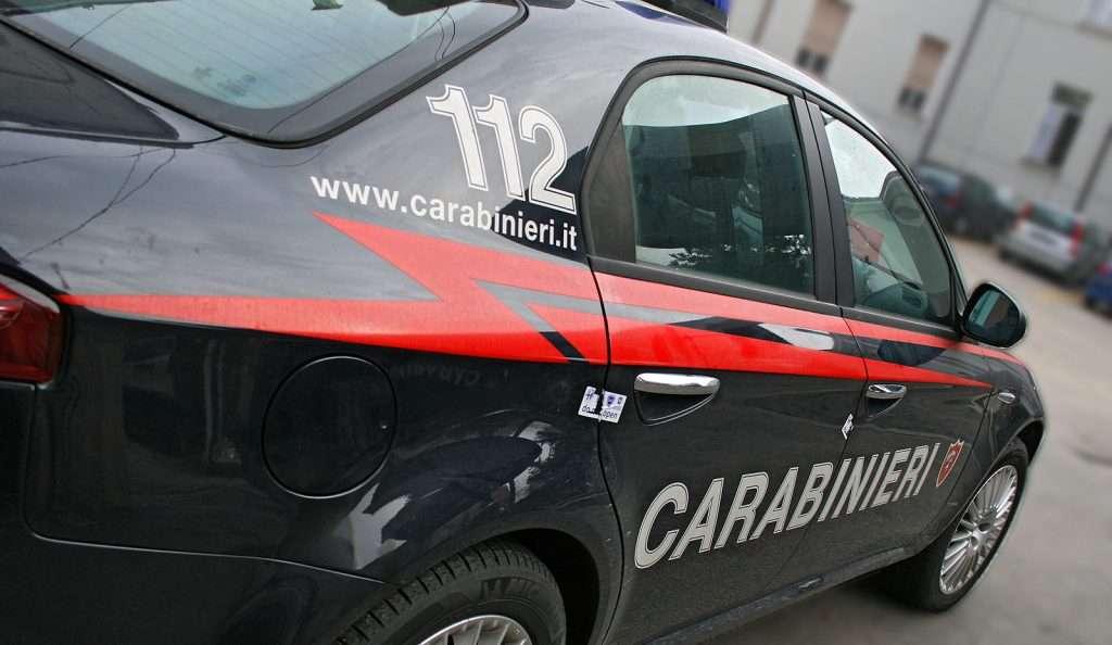 I residenti segnalano movimenti sospetti, i carabinieri arrestano lo spacciatore