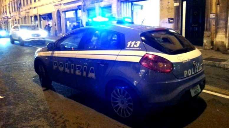 Ubriaco aggredisce i poliziotti