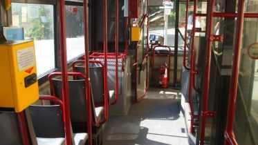Cade sull'autobus e muore
