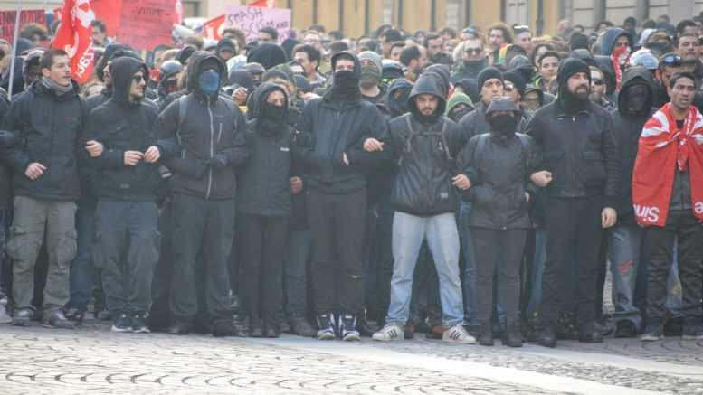 Piacenza, 'antifascisti' armati di aste e sassi contro la Polizia