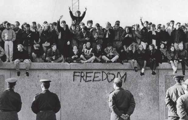 Risultati immagini per crollo del muro di berlino