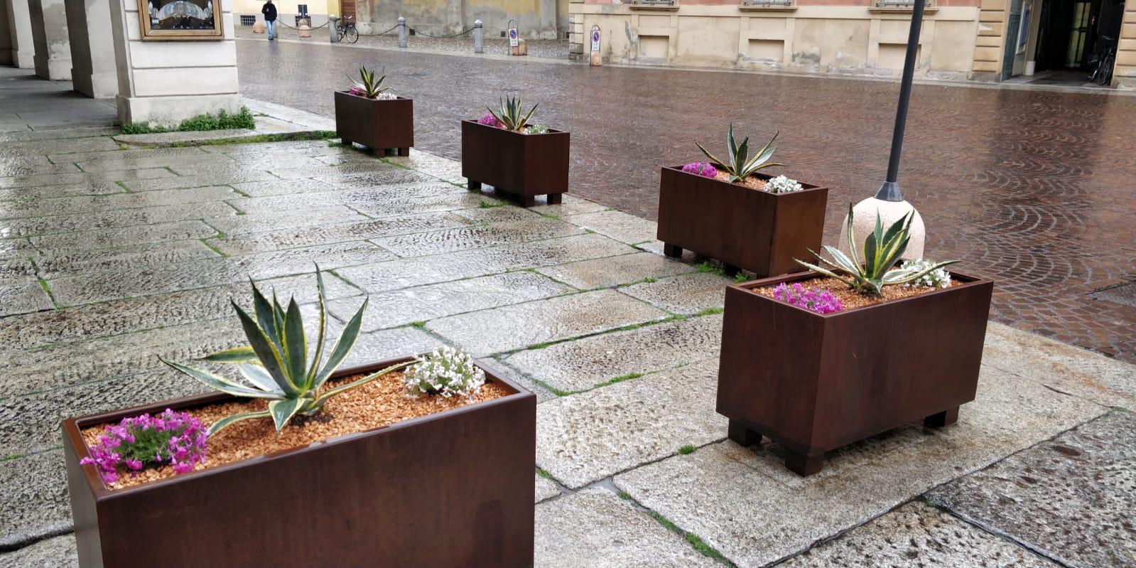Nuovi arredi urbani e fiori biancorossi per abbellire il for Nuovi arredi